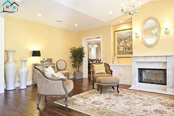 Phòng khách cổ điển với tường vàng